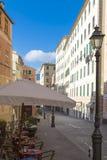 Cafeteria im Freien in einer Straße in Camogli Lizenzfreie Stockfotografie