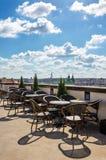 Cafeteria mit der Ansicht über die Stadt lizenzfreie stockfotos