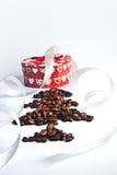 Cafeto con la caja de la Navidad Imagen de archivo libre de regalías