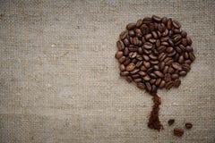 Cafeto hecho de los granos de café en hermoso simple áspero rústico de la arpillera fotografía de archivo
