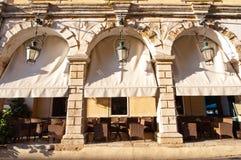 Caffè accogliente dentro di una costruzione veneziana tipica nella città di Kerkyra sull'isola di Corfù, Grecia Fotografia Stock