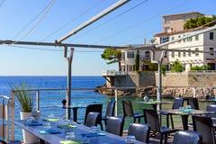 Caffè all'aperto del terrazzo con la vista del mare, Fotografie Stock