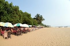 Caffè all'aperto di estate alla spiaggia soleggiata di arambol fotografie stock libere da diritti