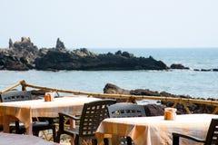 Caffè all'aperto tropicale romantico con una bella vista del mare immagine stock