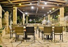 Caffè alla notte a Coral Beach Hotel Resort Cyprus Pafo nel giugno 2017 nel Cipro fotografie stock libere da diritti