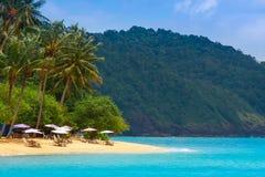 Caffè alla spiaggia tropicale a distanza dell'oceano Fotografie Stock