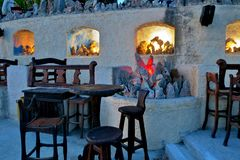 Caffè antiquato con le candele e le luci fotografia stock