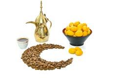 Caffè arabo con la frutta della data fotografia stock libera da diritti