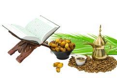 Caffè arabo con la frutta della data ed il Quran santo Fotografie Stock