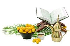 Caffè arabo con la frutta della data ed il Quran santo fotografia stock libera da diritti