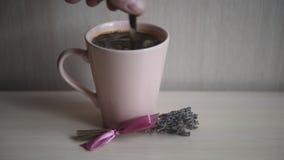 Caffè aromatico caldo in una tazza rosa