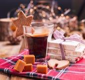 Caffè aromatico fresco e dolci italiani di Natale Nougat con le mandorle, i dolci del karemelnye, i biscotti dello zenzero e la b fotografia stock libera da diritti