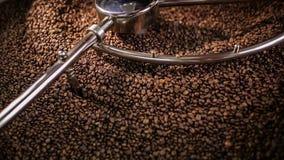 Caffè arrostito mescolantesi video d archivio