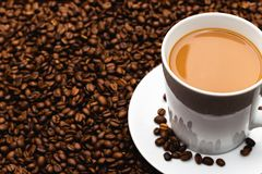 Caffè Bean Textured Background Mug ed insieme del piattino sui chicchi di caffè immagine stock