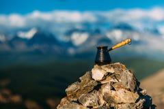 Caffè bevente con il Mountain View sbalorditivo La bella Himalaya abbellisce con le tazze di caffè e il cezve Caffè bevente Immagini Stock Libere da Diritti