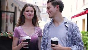 Caffè bevente dei giovani e camminare alla via della città archivi video