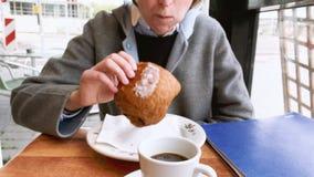 Caffè bevente del caffè della donna video d archivio