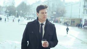 Caffè bevente del giovane uomo d'affari all'aperto 4K stock footage