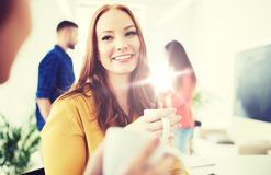 Caffè bevente del gruppo creativo felice all'ufficio Fotografia Stock Libera da Diritti