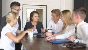 Caffè bevente del gruppo creativo felice alla rottura ed alla discussione avere nel movimento lento dell'ufficio archivi video