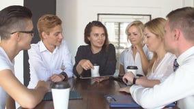 Caffè bevente del gruppo creativo felice alla rottura ed alla discussione avere in ufficio stock footage
