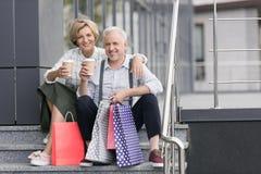 Caffè bevente del marito e della moglie fotografie stock