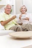 Caffè bevente del tè della donna & dell'uomo senior a casa immagini stock libere da diritti