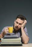 Caffè bevente dell'autore alla macchina da scrivere Fotografie Stock