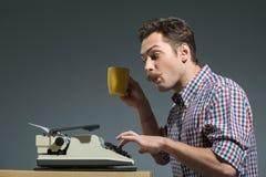 Caffè bevente dell'autore alla macchina da scrivere Fotografia Stock Libera da Diritti
