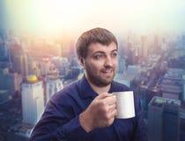 Caffè bevente dell'uomo fotografia stock libera da diritti