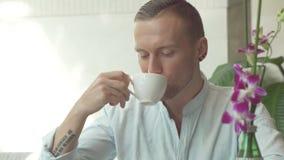 Caffè bevente dell'uomo Immagini Stock Libere da Diritti