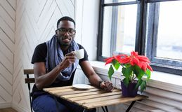 Caffè bevente dell'uomo afroamericano Fotografia Stock