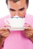Caffè bevente dell'uomo con panna montata Immagini Stock