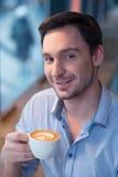 Caffè bevente dell'uomo contento Fotografia Stock Libera da Diritti