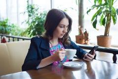 Caffè bevente della bella ragazza Fotografia Stock Libera da Diritti