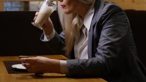 Caffè bevente della donna in caffè stock footage