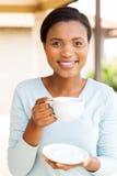 Caffè bevente della donna africana Fotografia Stock Libera da Diritti