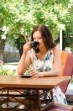 Caffè bevente della donna al caffè all'aperto Immagini Stock Libere da Diritti