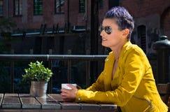 Caffè bevente della donna all'esterno Fotografia Stock