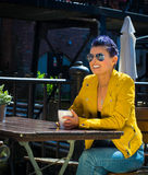 Caffè bevente della donna all'esterno Immagine Stock Libera da Diritti