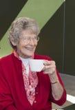 Caffè bevente della donna anziana Immagini Stock Libere da Diritti