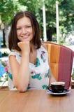 Caffè bevente della donna attraente Fotografia Stock
