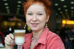 Caffè bevente della donna in caffè Immagine Stock