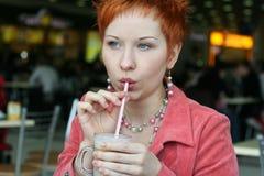Caffè bevente della donna in caffè Immagine Stock Libera da Diritti
