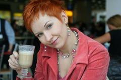 Caffè bevente della donna in caffè Fotografia Stock