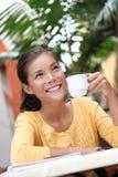 Caffè bevente della donna in caffè all'esterno Fotografia Stock