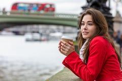 Caffè bevente della donna dal ponte di Westminster, Londra, Inghilterra fotografia stock libera da diritti