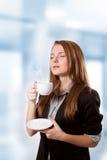 Caffè bevente della donna di affari Immagine Stock