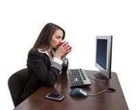 Caffè bevente della donna di affari Fotografia Stock