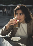 Caffè bevente della donna di 40 anni Fotografia Stock